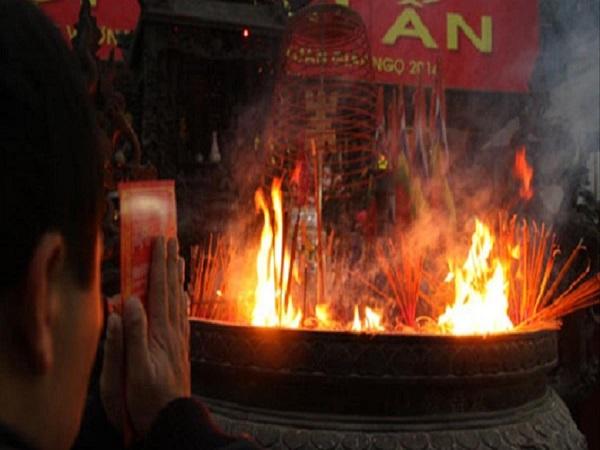 Hiện tượng bát hương bốc cháy là điềm gì? lành hay dữ?